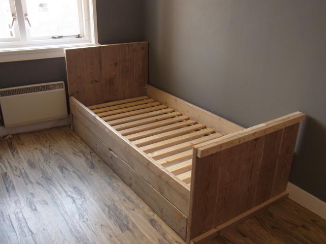 Eenpersoonsbed met matraslade jl meubelmaatwerk for Buro 6 zutphen